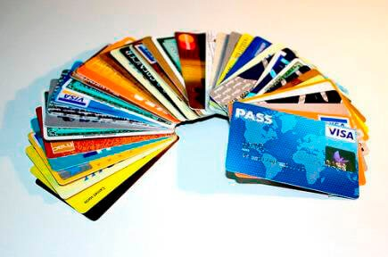 Na imagem contém diversos cartões de crédito, de várias bandeiras, dispostos num semi círculo.